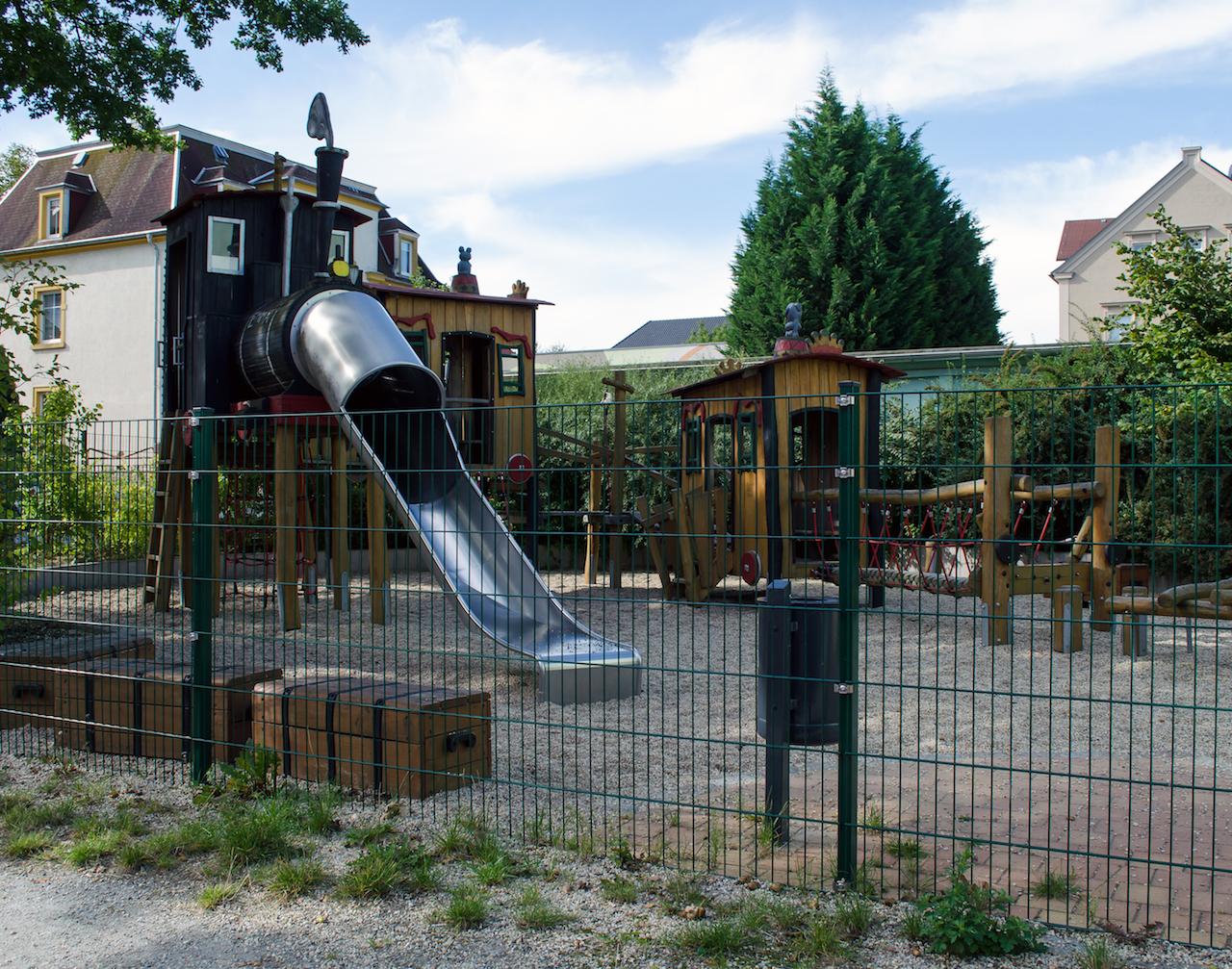 Spielplatz an Mehrfamilienhaus im Süden von Bautzen